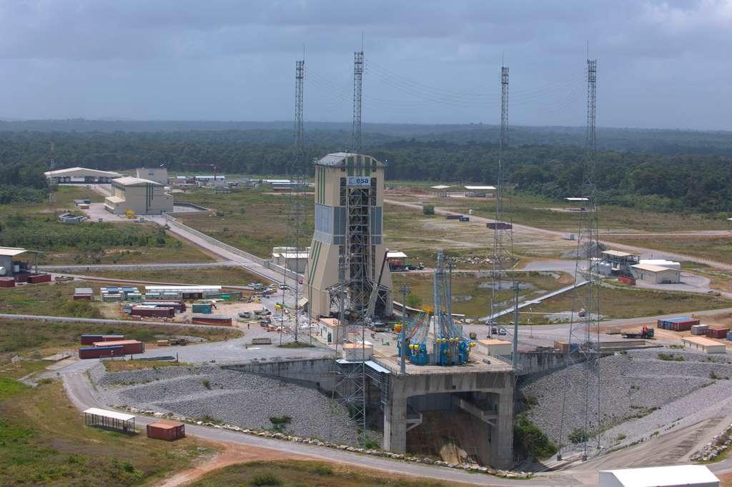 L'ensemble de lancement Soyuz se situe à une vingtaine de kilomètres à vol d'oiseau des installations au sol dédiées à Ariane 5 (ELA-3) sur le territoire de la commune de Sinnamary. Le site couvre une superficie d'environ 120 hectares et près de 20.000 m² d'infrastructures en dur seront construits. © Esa/S. Corvaja