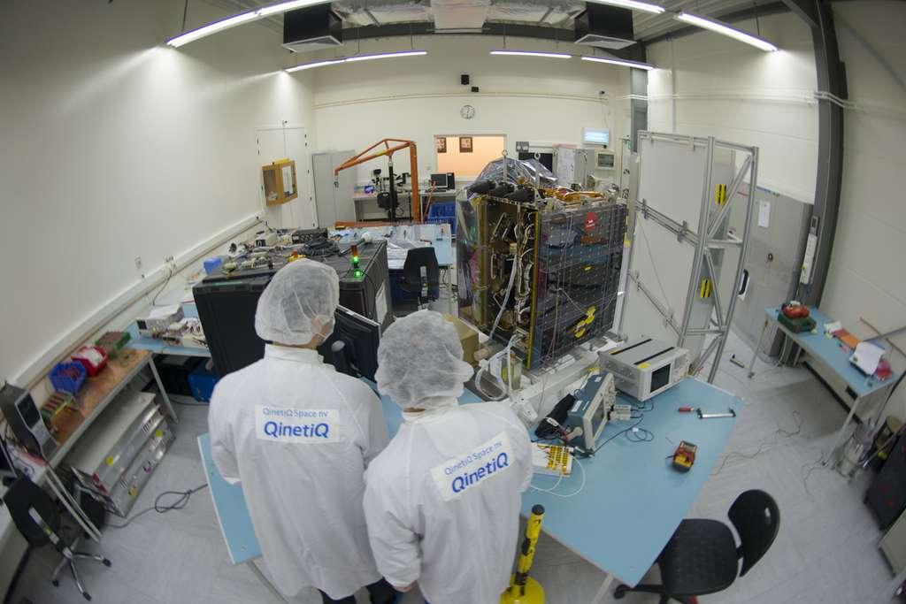 Sur cette photo, le satellite Proba-V est en cours d'assemblage à Qinetiq Space, en Belgique. © S. Corvaja, Esa