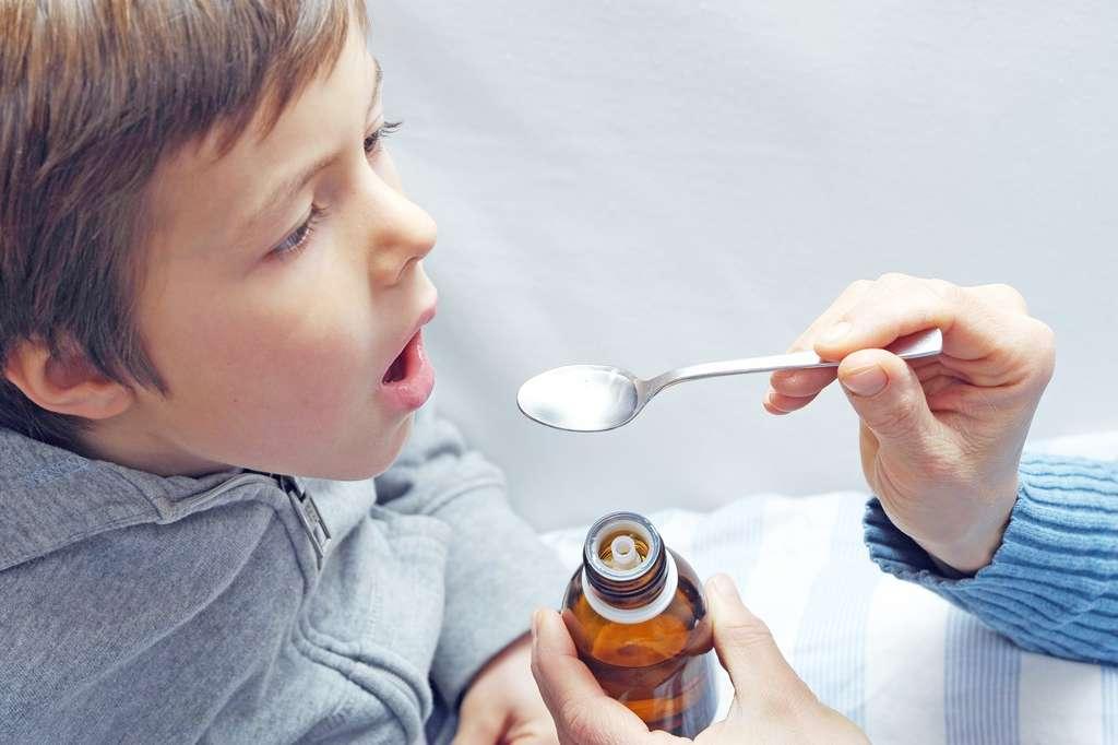 Dans certains cas, le miel est plus efficace pour diminuer l'intensité et la fréquence de la toux chez les jeunes enfants que les sirops traditionnels. © Photophonie, Adobe Stock