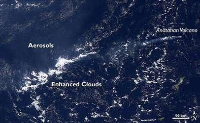 """Certains types d'aérosols peuvent par contre """"catalyser"""" la formation des nuages Par exemple, ce cliché du satellite AQUA montre l'effet """"catalyseur"""" du panache de fumée craché par le volcan Anatahan sur les nuages (Crédits : NASA)"""