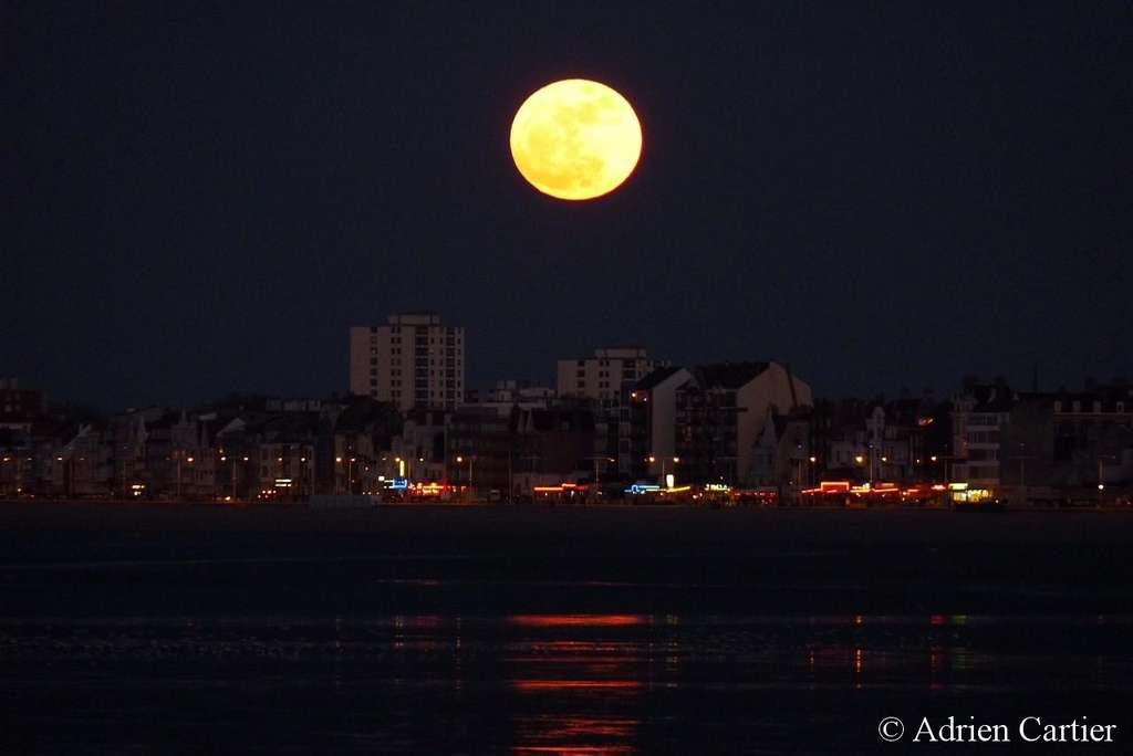 Pleine Lune du 19 mars 2011 depuis la digue de Malo-les-Bains à Dunkerque. © A. Cartier