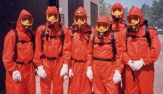 Des membres de la collaboration VKS équipés pour intervenir sur la machine. Toutefois, en usage normal, ils ne portent pas de masque. Crédit : CNRS