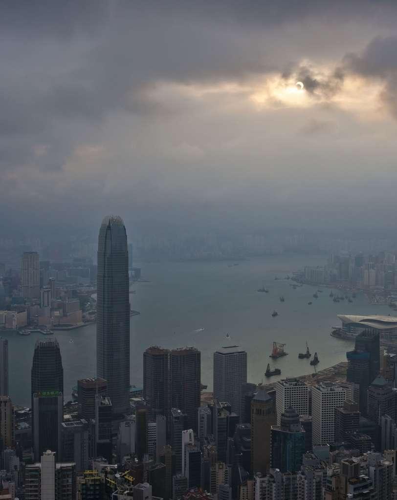 Croissant solaire dans les nuages au-dessus de Hong Kong. © Sze-Leung Cheung
