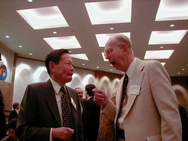 De gauche à droite, Chen Ning Yang et Robert Mills en pleine discussion à la fin des années 1990. En 1954, les deux chercheurs avaient proposé une théorie de la force nucléaire forte basée sur la notion d'invariance de jauge issue des travaux du mathématicien Hermann Weyl. Leur nom a été donné à une large classe de théories des champs proposée en physique des particules, depuis leurs travaux. Les théories des champs du Modèle standard, le modèle électrofaible de Glashow-Salam-Weinberg et la chromodynamique quantique (QCD), sont des héritières de celle de Yang-Mills. © Nu Xu