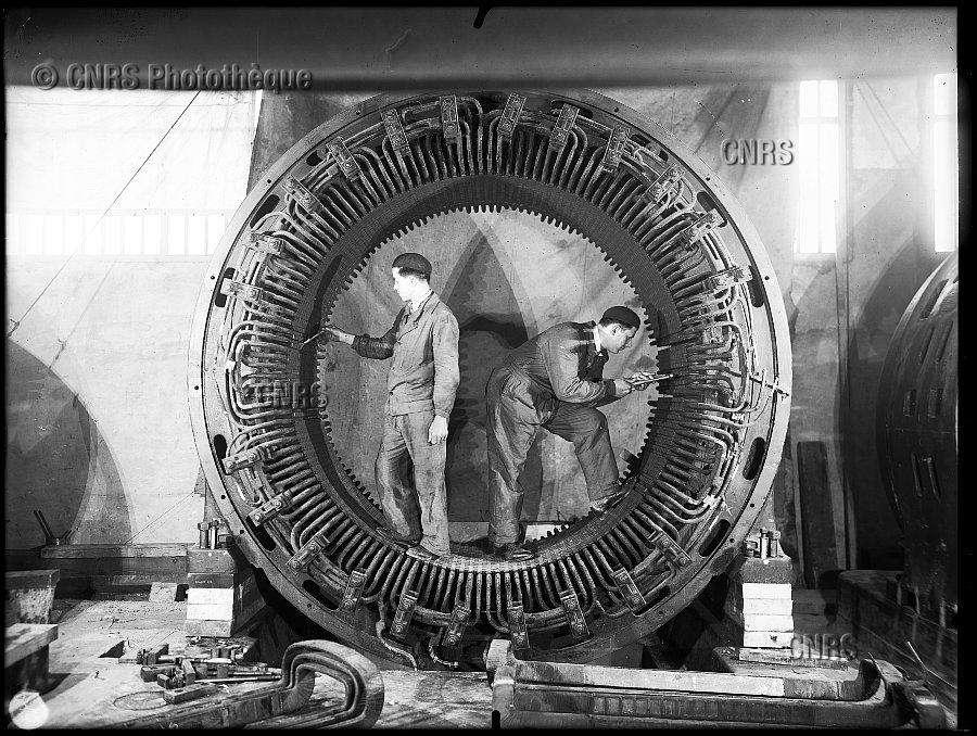 Stator d'un des groupes convertisseurs de 2.500 kilovoltampères, en montage à la centrale électrique, sur le site de l'Office national des recherches scientifiques et industrielles et des inventions à Bellevue, Meudon, le 28 mars 1935. Extrait du livre « Inventions 1915-1939 » de Luce Lebart. © Fonds historique / CNRS Photothèque