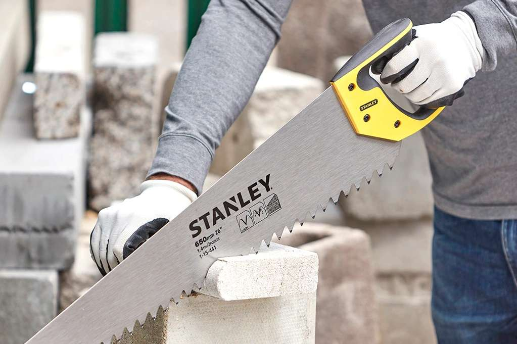 Couper du béton cellulaire ou du plâtre ne pose aucun problème. L'énorme denture et le traitement de l'acier de la lame viennent à bout des matériaux les plus abrasifs. © Stanley