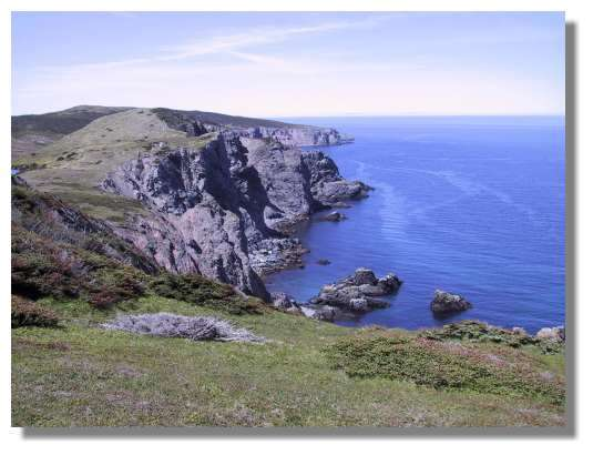 Les côtes déchirées du Cap de Miquelon ; cette île située au Nord de l'archipel, beaucoup plus grande que l'île de St Pierre, est pourtant beaucoup moins peuplée (Miquelon compte environ 700 habitants). © C. Marciniak