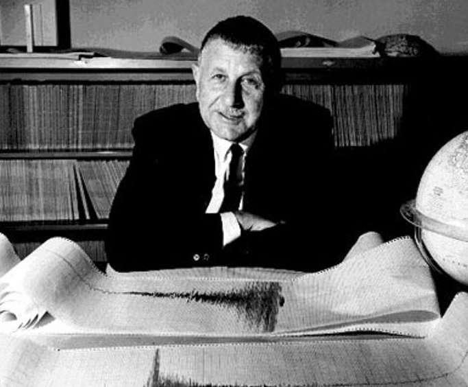 Hugo Benioff (1899-1968) était un sismologue américain. Il a réalisé l'essentiel de ses travaux sur l'étude de la localisation des séismes profonds de l'océan Pacifique. On lui doit aussi la conception d'un sismographe très utilisé partout dans le monde. © Caltech