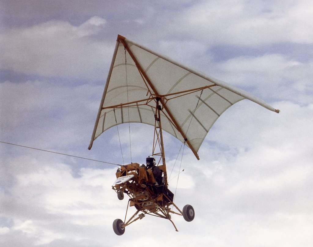 Après la Seconde guerre mondiale, Francis Rogallo, un ingénieur du Naca, ancêtre de la Nasa, étudie un engin volant original dont l'aile triangulaire est souple. A partir de 1958, les essais montreront que l'engin vole. En 1964, la Nasa teste ce Parasev (Paraglider Research Vehicle) au-dessus de la base militaire d'Edwards, en Californie. © Nasa