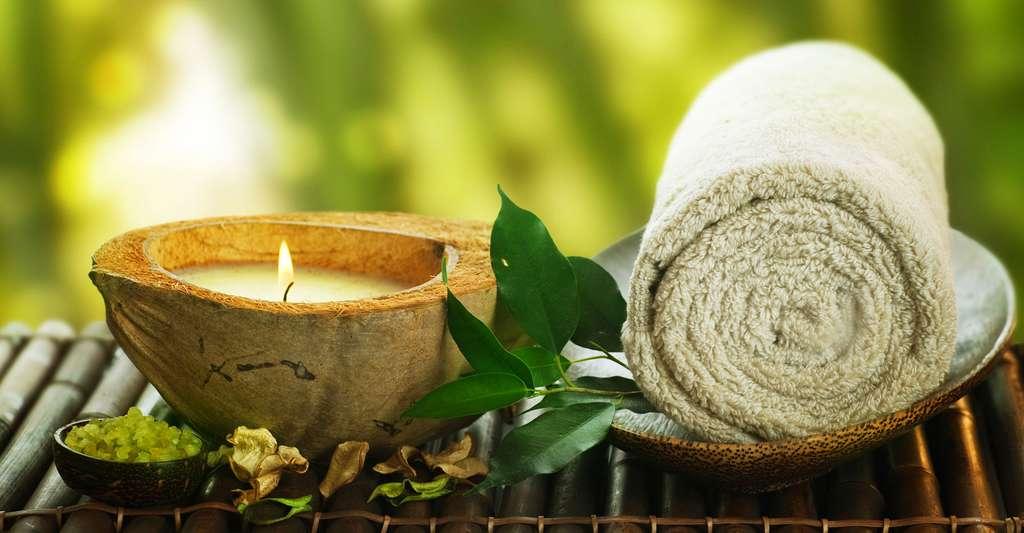 Les spas peuvent être encastrables. Ici, bougie et serviette pour spa. © Subbotina Anna, Shutterstock