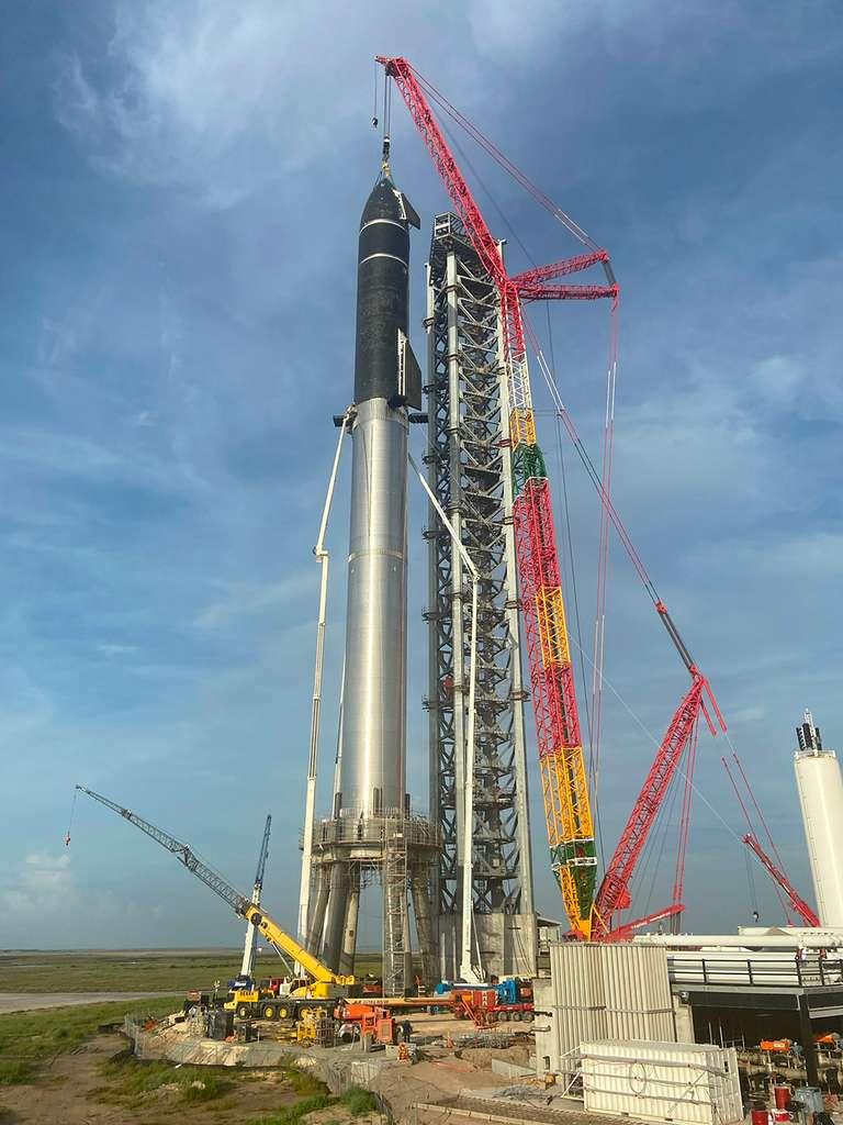 Haut de près de 120 mètres, le lanceur de Starship de SpaceX prend forme. Il est le plus grand jamais construit. Ce prototype devrait réaliser un unique vol d'essai de point à point en passant par l'espace ! © SpaceX