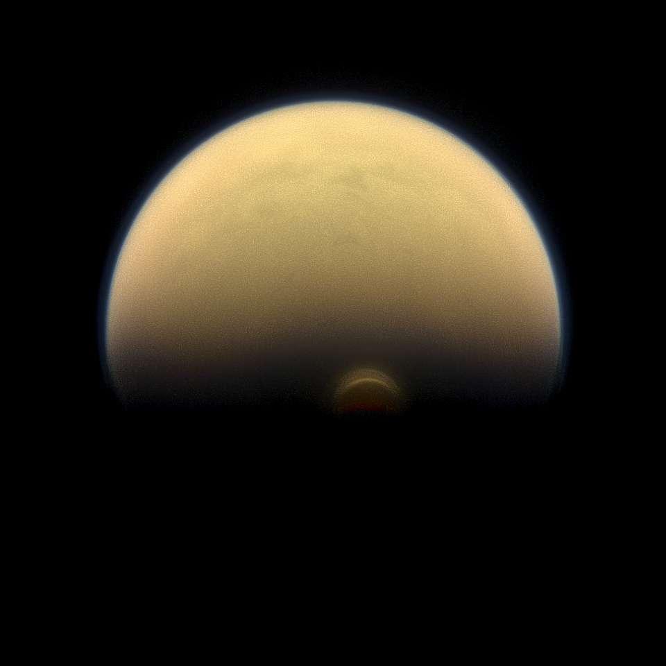 L'hémisphère sud de Titan, avec la formation nuageuse qui se développe à son pôle sud, photographié par Cassini le 30 juillet 2013. © Nasa, JPL-Caltech, Space Science Institute