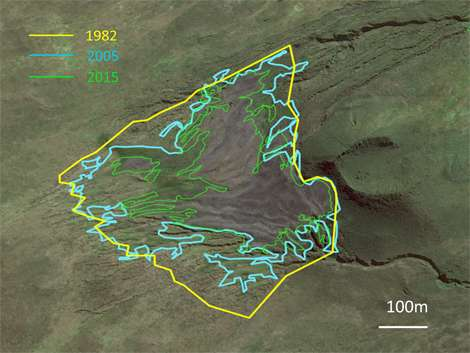 La réduction progressive de la zone sans végétation correspondant à la taille de la colonie de manchots. © Henri Weimerskirch