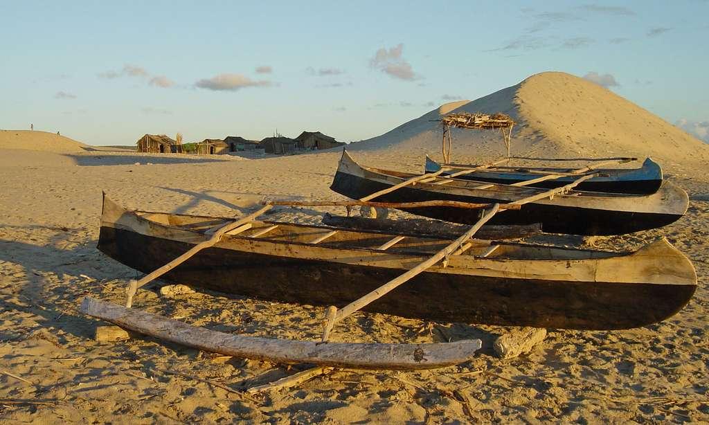 Pirogues sur le sable de Madagascar