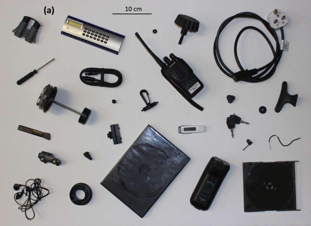 Les objets en plastique noir contiennent de nombreuses traces de produits toxiques. © Andrew Turner, Environment International