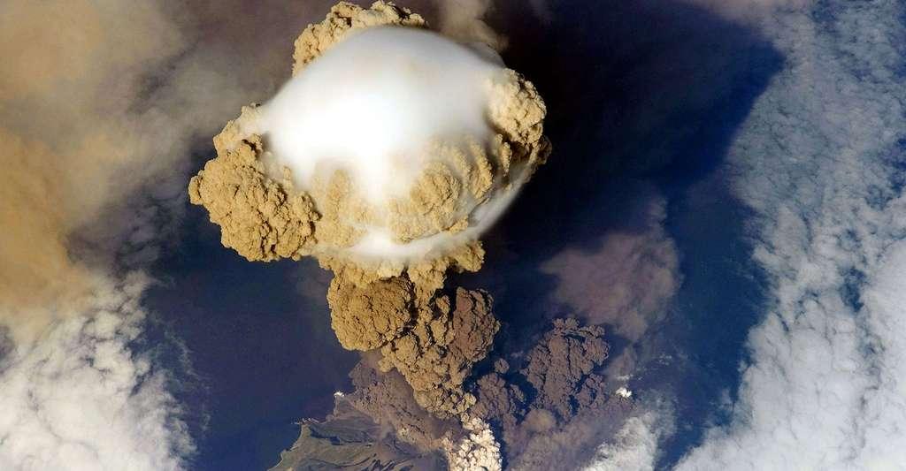 Image satellite d'un panache volcanique s'élevant du Sarytchev. © John, CC BY-SA 2.0