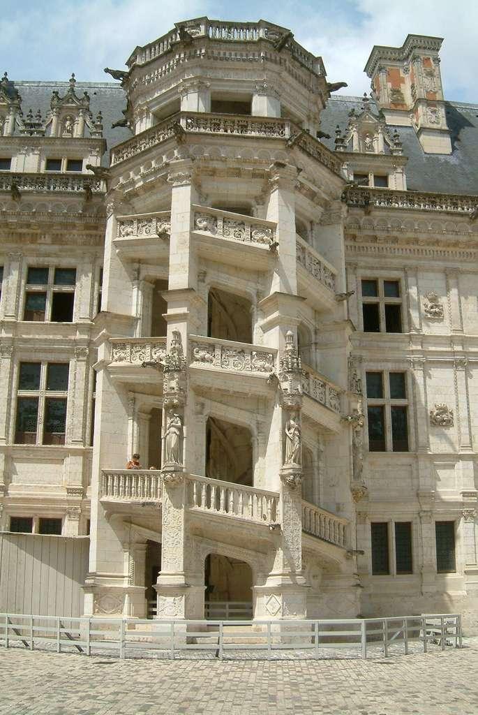 Château de Blois, escalier monumental de François Ier. © Wikimedia Commons, domaine public