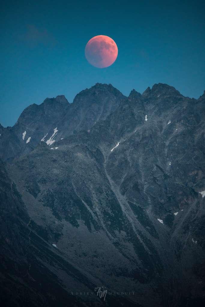 Superbe photo de l'éclipse totale de la Lune, ici au-dessus de la Pointe des Écandies (2.870 m). © Adrien Mauduit, ADPhotography