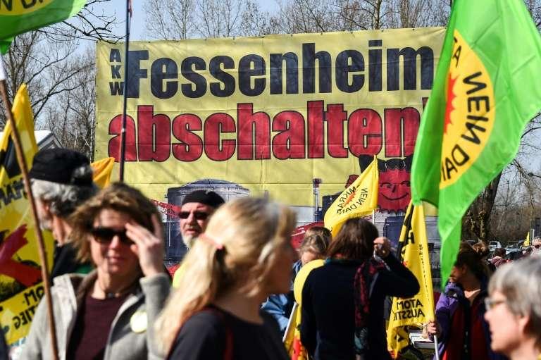 Des manifestants anti-nucléaire demandent la fermeture ed la centrale de Fessenheim (Haut-Rhin) le 12 mars 2017, près de la centrale. © Sébastien Bozon, AFP, Archives