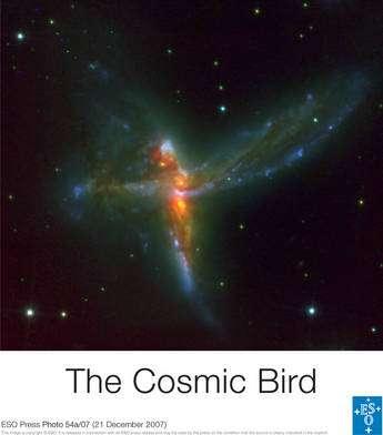 En haut, la galaxie irrégulière, au milieu une galaxie spirale barrée et enfin une troisième galaxie. Les noyaux sont bien visibles sous forme de points jaunes entourés d'orange. L'image est obtenue à partir d'observations faites par Hubble et au VLT. Cliquez pour agrandir