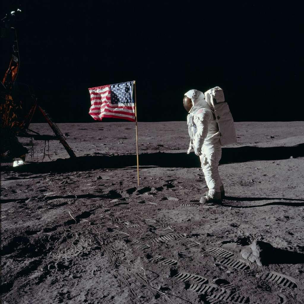 Buzz Aldrin saluant le drapeau américain planté sur le sol lunaire. © Nasa