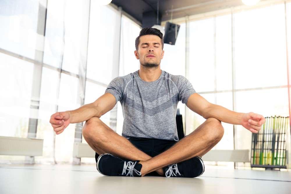 Selon une étude, combiner des séances de méditation et de sport deux fois par semaine durant deux mois réduisait les symptômes associés à la dépression de 40 %. © Dean Drobot, shutterstock.com