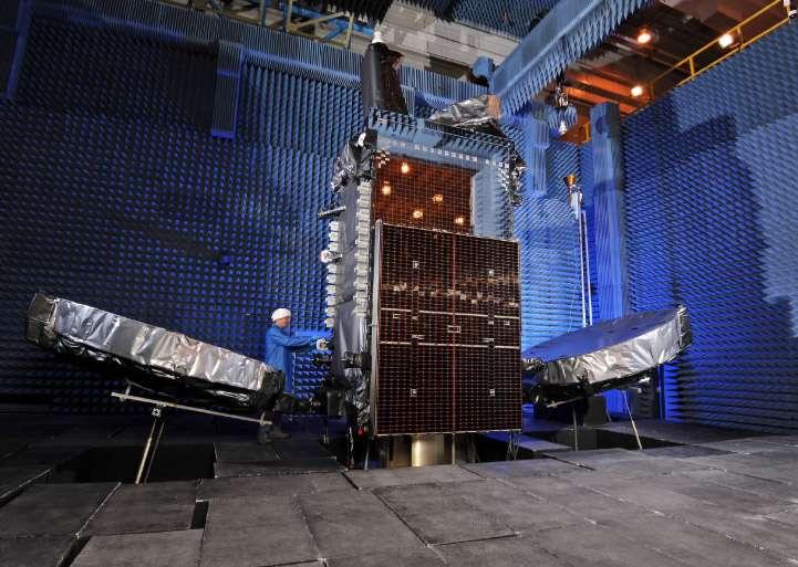 Star One C3 dans une chambre anéchoïde (dont les parois absorbent les ondes sonores) lors d'essais à Dulles (VA). © Orbital Sciences Corp.