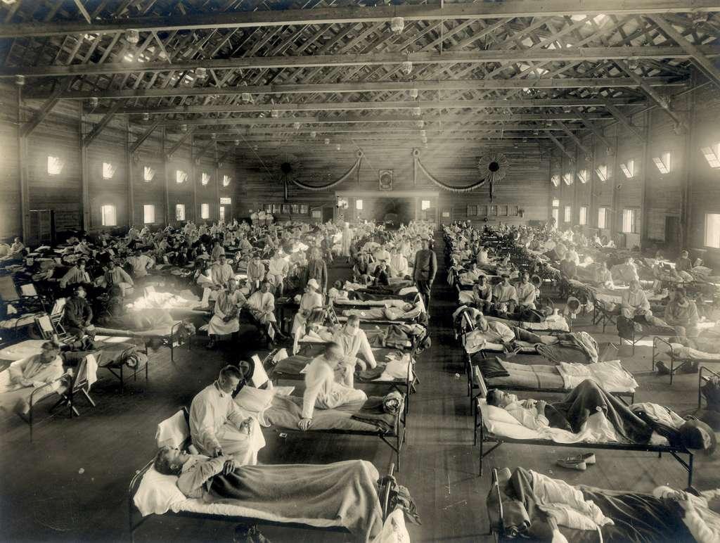 Un hôpital d'urgence au Kansas (États-Unis), pendant la pandémie de grippe espagnole en 1918. © Otis Historical Archives National Museum of Health and Medicine, Flickr, CC by-2.0