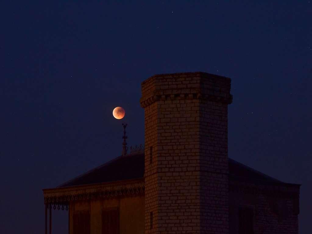 Ambiance au-dessus du Château du Clos de Vougeot dans la soirée du 15 juin. © J.-B. Feldmann