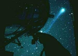 Les apparences sont parfois trompeuses. Hyakutake (photographiée ici lors de son passage en 1996) vient de perdre sa place en tête du palmarès des plus grandes comètes. Crédit J.-B. Feldmann