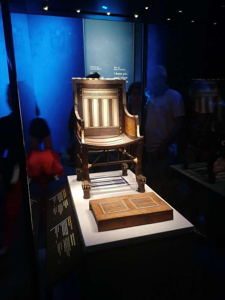 Un fauteuil en bois incrusté d'ébène et d'ivoire de petite taille, de toute évidence fabriqué pour Toutânkhmon enfant. © Futura