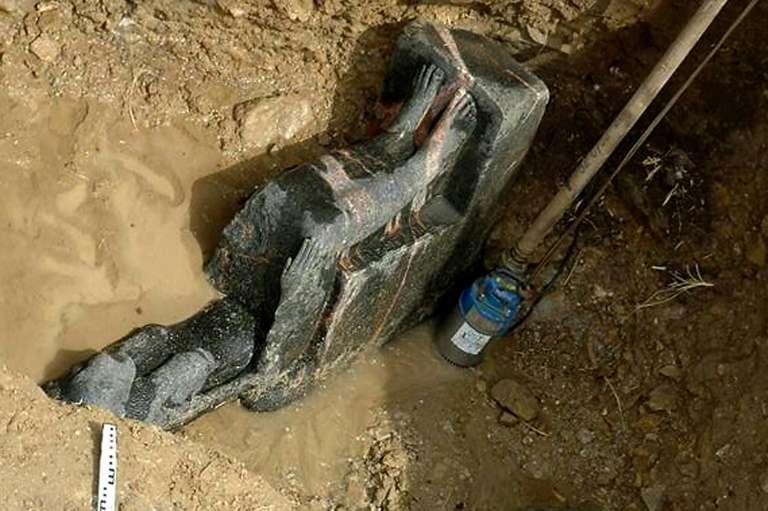 Photo distribuée le 6 mars 2006 par le Conseil suprême des Antiquités égyptiennes après la découverte à Louxor, en Haute-Égypte, d'une statue en granite noir représentant la déesse Sekhmet. © Egyptian Supreme Council Of Antiquity, AFP