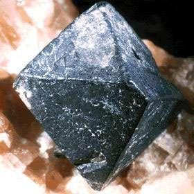 La pechblende, dont voici un échantillon en provenance de la mine de Payne, au Québec, est un minéral à partir duquel on produit l'uranium. © Musée national des sciences naturelles