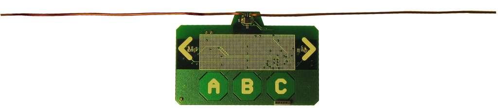 Les prototypes conçus par les chercheurs de l'université de Washington. De la taille d'une carte de crédit, ils intègrent un microcontrôleur, une Led, l'antenne de réception pour le signal TV et un émetteur UHF large bande. Chaque appareil puisse son électricté dans le signal radio venu des émetteurs de télévision et peut échanger des informations (à très faible débit) avec ses homologues jusqu'à 10 kilomètres de distance. © University of Washington