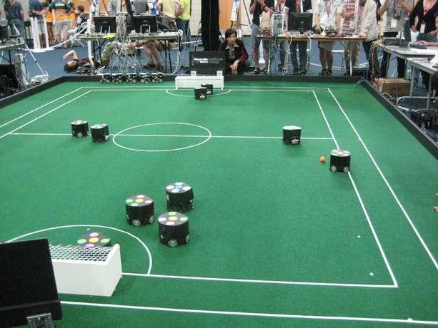 Les équipes des robots de petite taille réalisent des matchs avec des déplacements rapides en roulant. © RoboCup.org