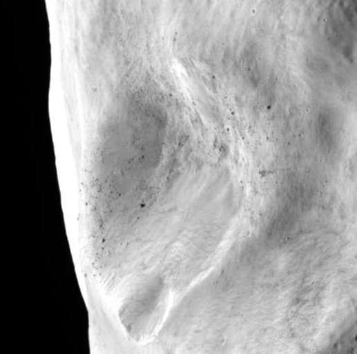 Lutetia est criblé de cratères, dont certains, comme celui-ci, sont très grands par rapport à la taille de l'astéroïde. La résolution des images est de 60 mètres. © Esa