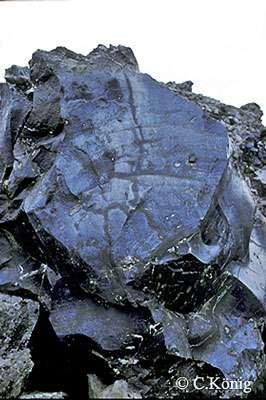 On observe de l'obsidienne dans ce détail d'une coulée. © Claire König
