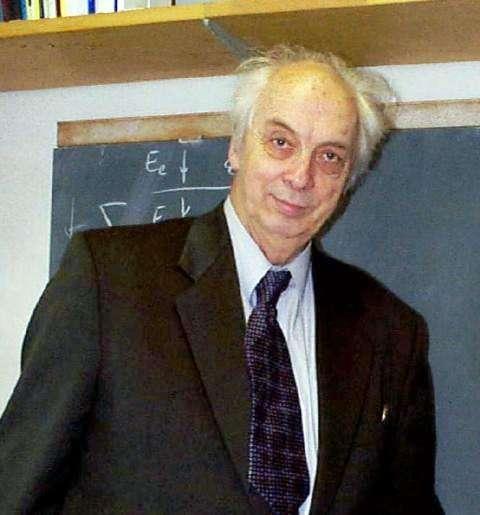Né en 1929, le physicien russe Victor Veselago est célèbre pour avoir été le premier à décrire théoriquement l'électrodynamique des matériaux à indice de réfraction négatif. Il s'agit de métamatériaux particuliers dits matériaux main gauche (left-handed materials ou LHM en anglais). © Guérin Nicolas, Wikipédia, cc by sa 3.0