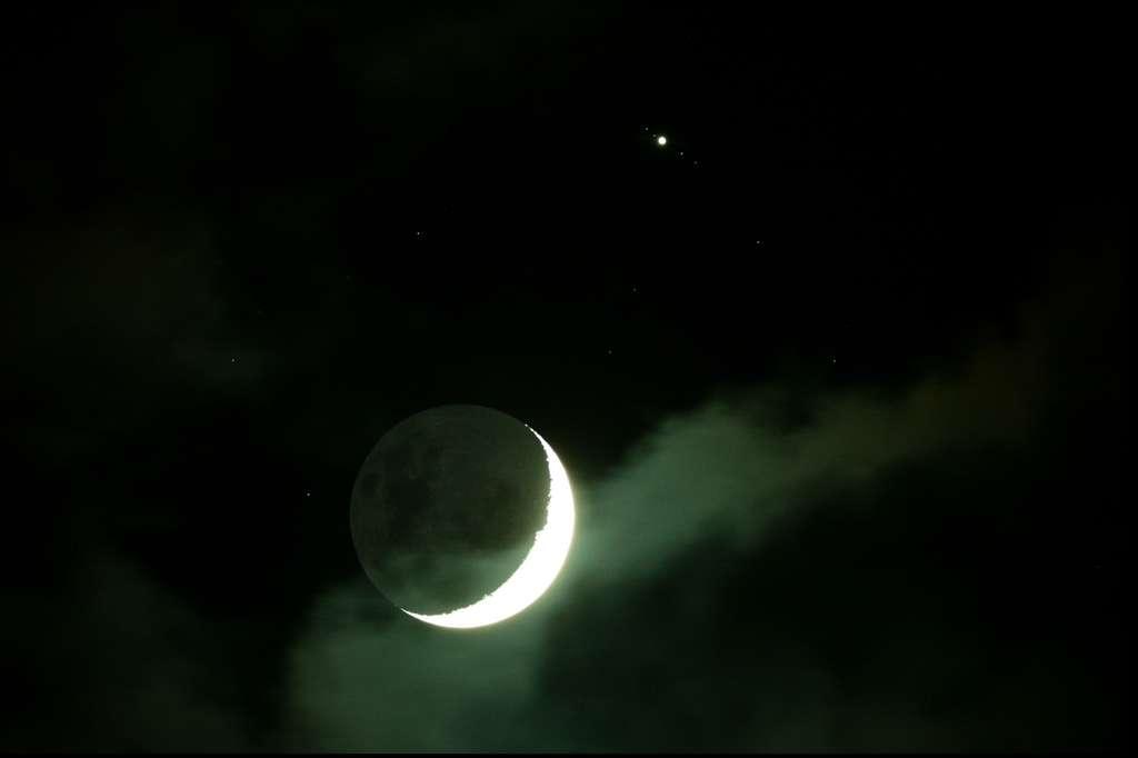 Depuis l'île de la Réunion, l'occultation n'est pas visible. On assiste simplement au rapprochement entre Jupiter (encadrée par ses quatre satellites galiléens) et le croissant lunaire. © Patrice G.