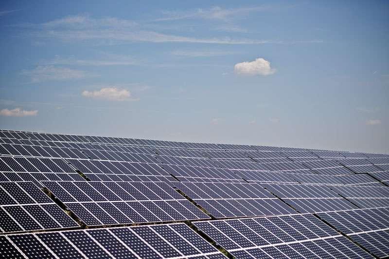Certaines nouvelles centrales photovoltaïques possèdent plusieurs dizaines ou centaines de milliers de panneaux solaires. On en compte 11.520 dans le parc de Flachslanden-Neustetten, en Allemagne (ci-dessus). La centrale française de Toul-Rosières en possède 1,4 million. © Mark Mühlhaus, Windwärts Energie GmbH, cc by nc nd 2.0