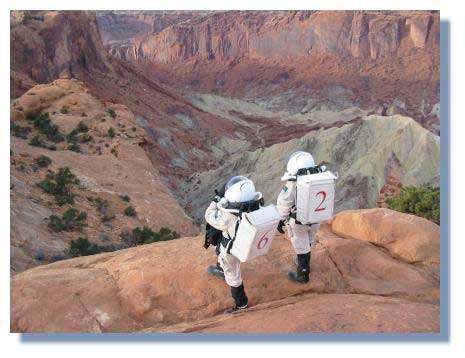 Alain Souchier et Stacey Cusack découvrent le cratère d'impact de Upheaval Dome dans les canyons de l'Utah: un paysage résolument martien © C. Frankel