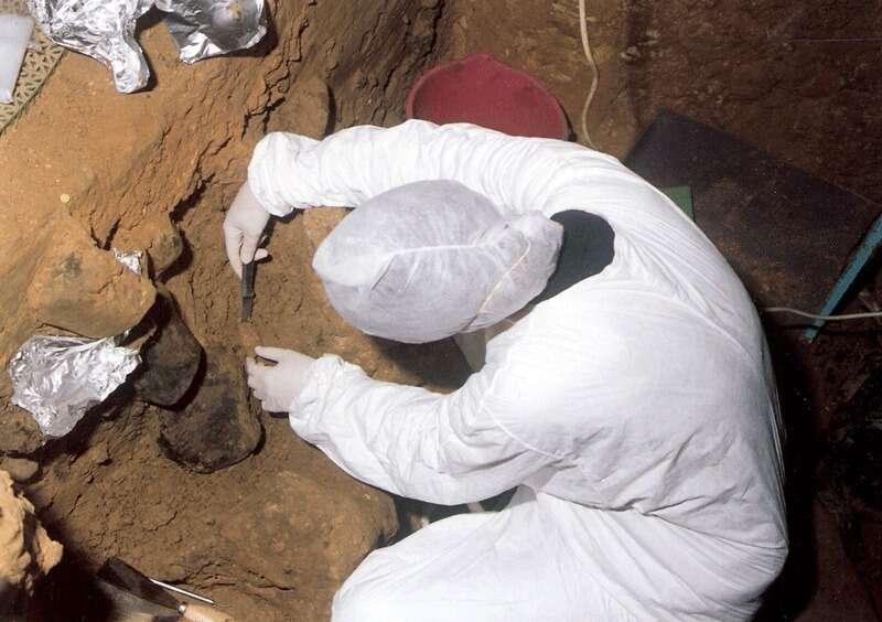 Un prélèvement d'échantillon de sol sur un site archéologique espagnol. © El Sidrón research team