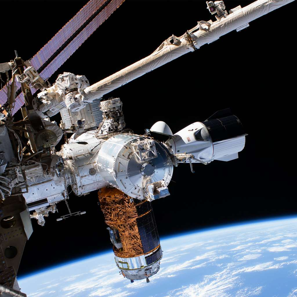 Le Crew Dragon de SpaceX amarré à la Station spatiale internationale à côté du cargo HTV japonais le 1er juillet 2020. © Nasa