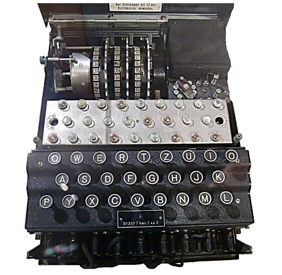 La machine Enigma : cette vue ouverte fait apparaître les trois rotors ainsi que les lampes qui indiquent la lettre qui se substitue à celle actionnée sur le clavier. © DP