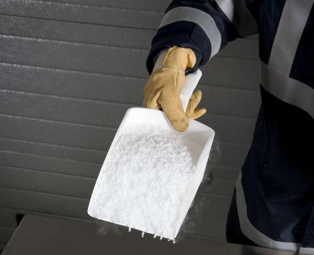 La glace carbonique est utilisée dans de nombreuses industries pour le refroidissement, la conservation ou le nettoyage. © Messer France