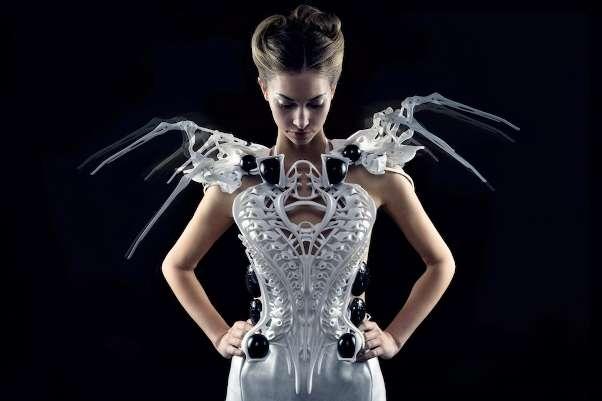 Grâce à ses capteurs, la robe araignée active ses pattes lorsque quelqu'un s'approche trop près. © Anouk Wipprecht