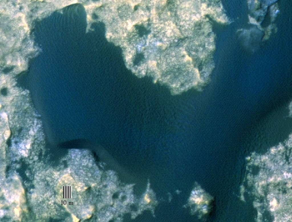 Vue aérienne de 380 mètres de large de la dune n°1 dans le champ des « dunes de Bagnold » sur les flancs nord-ouest du mont Sharp. Image en fausses couleurs prise avec la caméra Hirise de la sonde MRO (Mars Reconnaissance Orbiter). © Nasa, JPL-Caltech, University of Arizona