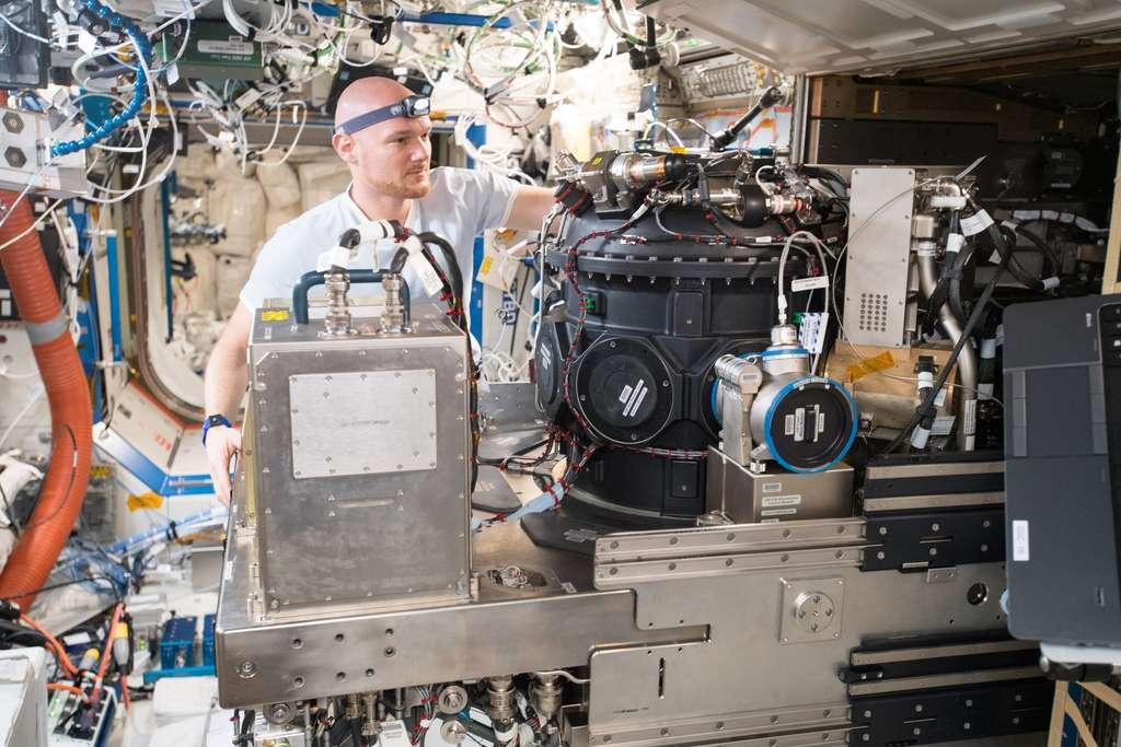 L'astronaute de l'ESA, de nationalité allemande, Alexander Gerst restera plus longtemps à bord de l'ISS. Il est ici vu en train de réaliser une expérience avec un équipement qui permet de faire du feu, en toute sécurité ! © Esa, Nasa