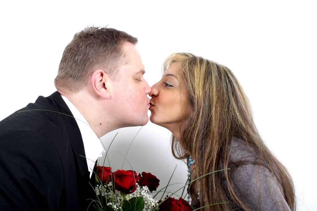Les couples qui s'embrassent fréquemment finissent par avoir un microbiote salivaire quasi identique. © Schulz-Design, Fotolia