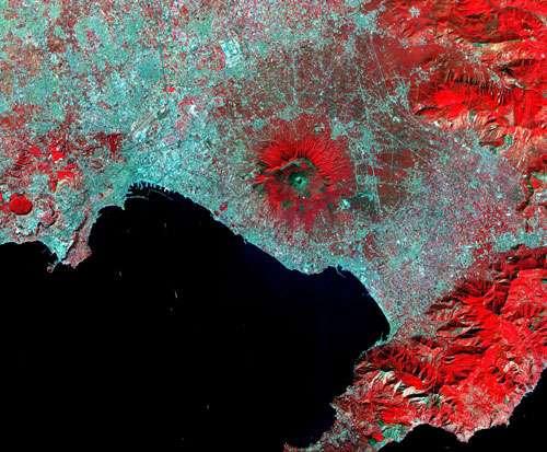 ASTER (Advanced Spaceborne Thermal Emission and Reflection Radiometer) du Vésuve, au centre, et des champs Phlégréens, à l'extrême gauche, encerclant le Golfe de Naples. © NASA/GSFC/MITI/ERSDAC/JAROS et U.S./Japan ASTER Science Team